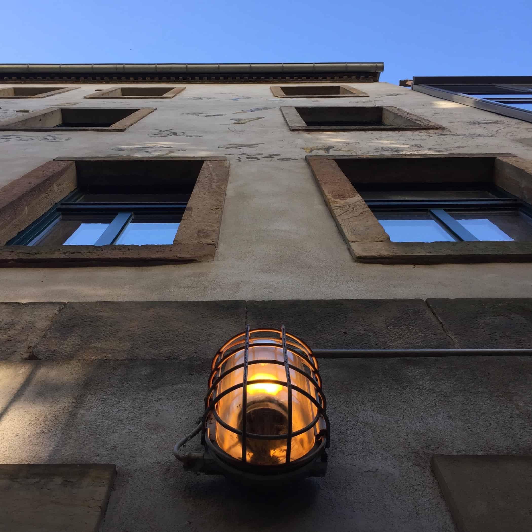Eine Hauswand mit Licht steht dafür, dass wir beten und Licht in die Stadtbringen. Wir sind Teil der Gebetskette in Dresden. Stoffwechsel