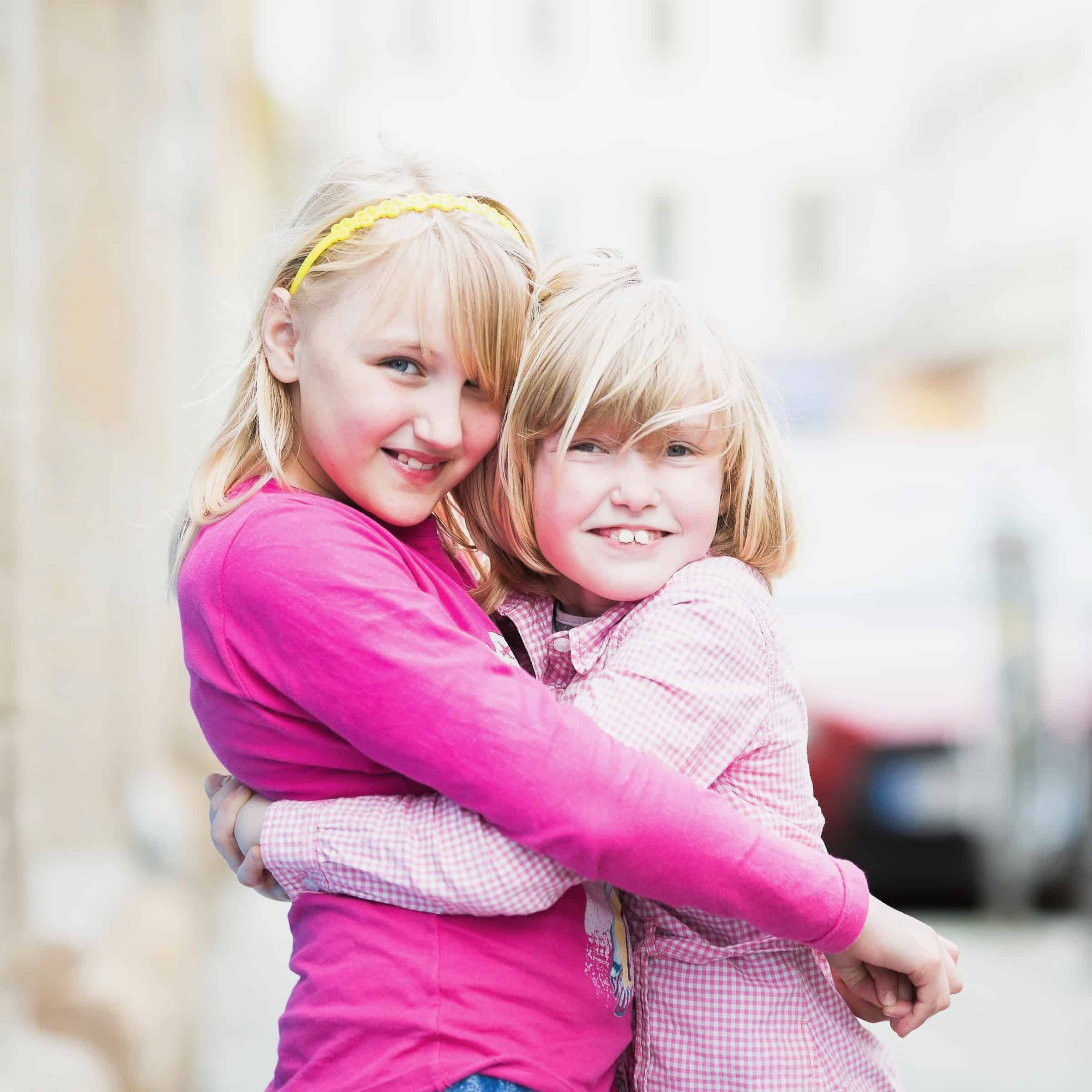 Kinder fördern. Zwei junge Freundinnen aus dem Kidstreff.