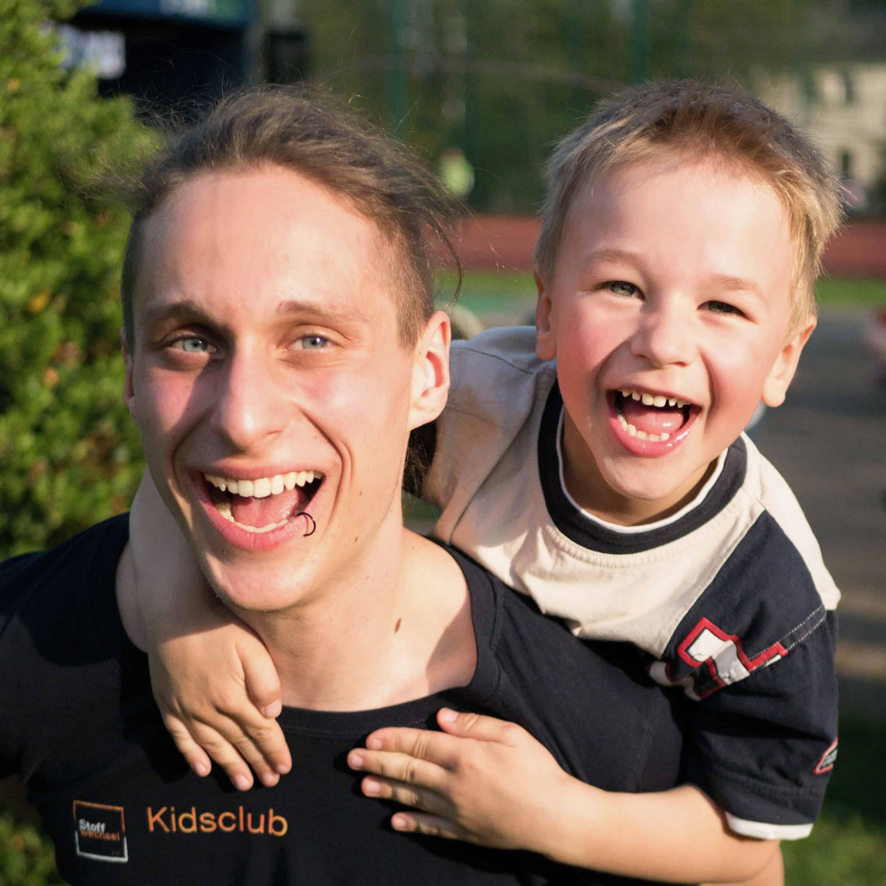 Freweiwilligendienst. Ein FSJler und ein Kind. Stoffwechsel - Fsj bei uns