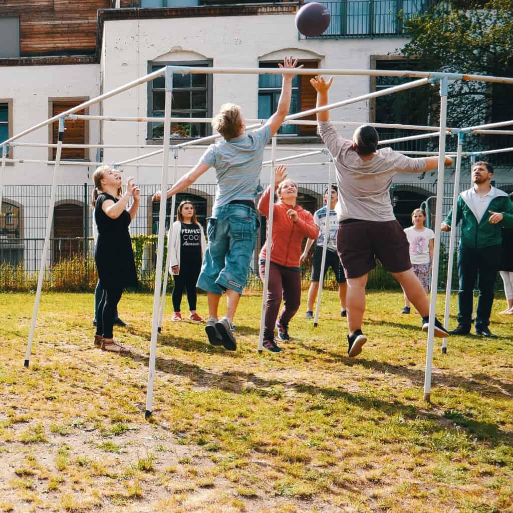 Projekt für Teens. Kinder beim Ball spielen.